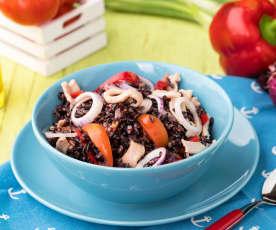 Insalata di riso venere con fagioli rossi, peperoni e maiale al peperoncino