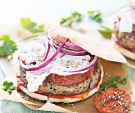 Pita-hamburguesas de cordero con salsa harissa
