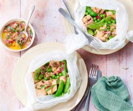Saumon et légumes en papillote, sauce aux oignons rouges