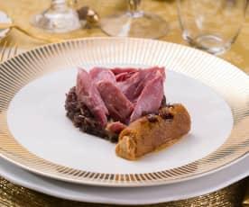Confit de pato con cebolla caramelizada y canelón de foie (Al vacío)