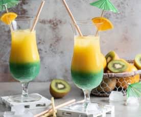 Warstwowy drink z kiwi i sokiem pomarańczowym