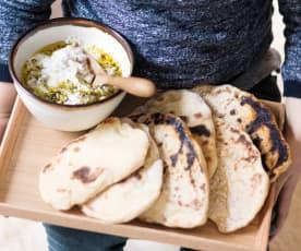 Yaourt épicé aux pistaches et petits pains plats
