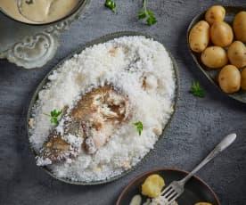 Pescado a la sal con salsa de perejil y limón
