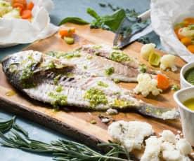 Dorada a la sal con verduras, pesto de hierbas y vinagreta de naranja