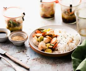 Peru e legumes em frasco com arroz