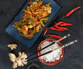 Kuřecí se zeleninou, rýží, medovou teriyaki omáčkou a brokolicí v páře