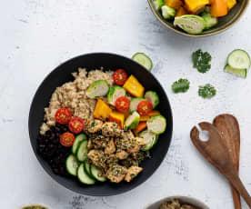 Bowl mit mariniertem Lachs, Quinoa und schwarzen Bohnen