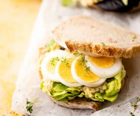 Sándwich de huevo duro y paté de alcachofas