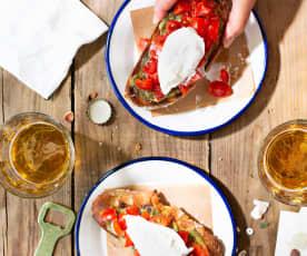Tostas con tomates cherry, burrata y pesto de tallos de zanahoria