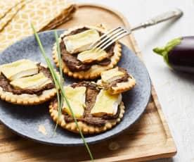 Tartetelette fine au caviar d'aubergine et camembert