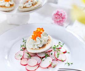 Kaviárový krémový sýr na toastu s ředkvičkovým salátem