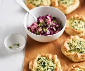 Embrulhos de couve-flor com salada de couve roxa