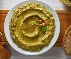 Hummus di ceci e broccoli con pane integrale tostato