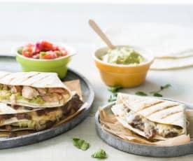 Sandwich de tortilla de trigo con pico de gallo y guacamole