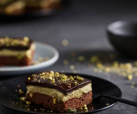 Tarta de chocolate con crema de pistachos y glaseado espejo
