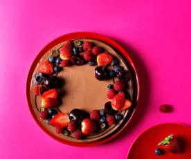 Tarta de chocolate con leche y frutos rojos
