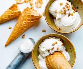 Glace au yaourt, miel et pignon