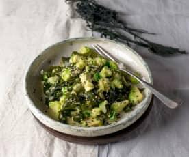 Japońska sałatka ogórkowa z awokado i algami morskimi (Sunomono)