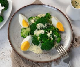 Brokkoli mit leichter Schnittlauchhollandaise und Ei
