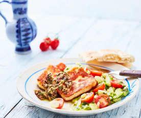 Halloumi mit Gurken-Koriander-Salat und Olivensalsa