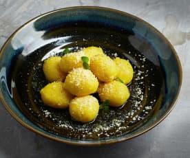 Gnocchi ripieni con spinaci freschi e salsiccia