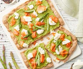 Pizza integrale con crema di asparagi, mascarpone e salmone affumicato