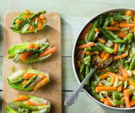 Guarnición de zanahorias baby con ajetes y espárragos verdes
