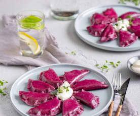 Różowe pierogi z kozim serem i ziemniakami