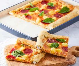 Pizza hawaii de carnes frías con orilla de queso