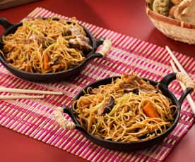 Fideos salteados con setas y verduras (Chow mein vegetariano) - China
