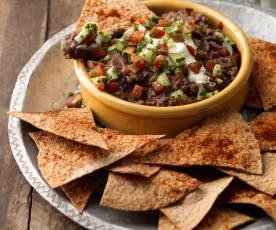 Meksykański dip z czarnej fasoli z chipsami tortilla