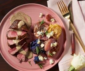 Filet mignon met gepeperde Parmezaanse saus en Roquefort-aardappelen