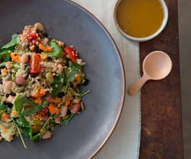 Salada de quinoa e feijão com molho de curcuma
