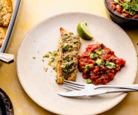 Salmón al estilo cubano con ensalada de tomates cherry y aguacate