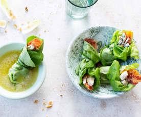 Rollitos de ensalada, beicon, nueces y mango con salsa de roquefort