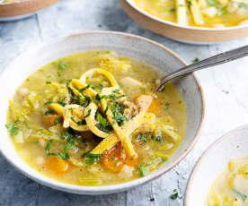 Sopa de legumes com noodles de omelete