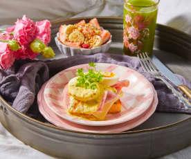 Desayuno en cama: Jugo, fruta y huevos benedictinos TM6