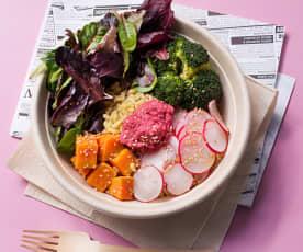 Bol de trigo tierno, verduras y hummus de remolacha