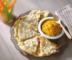 Triangoli di pane arabo con hummus di zucca