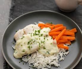 Dorsz gotowany w mleku z sosem porowym, marchewką i ryżem