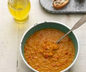 Zupa z soczewicy i papryki z dodatkiem harissy