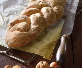 Pan di castagne in treccia con noci, mandorle e nocciole