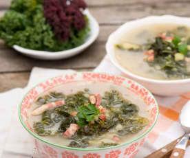 Rozgrzewająca zupa z boczkiem i jarmużem