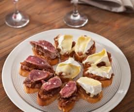 Crostini con cipolla caramellata, filetto di maiale e Camembert