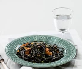Esparguete preto com camarão agridoce