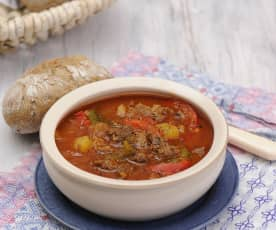 Gulášová polévka s čerstvou paprikou