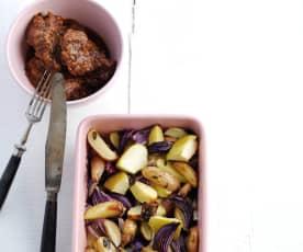 Bochechas de porco com batata e maçã assadas no forno