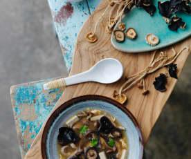 Zuppa di maiale e funghi