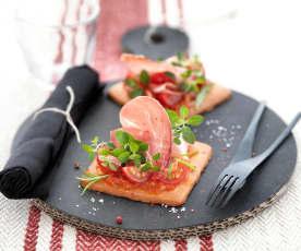 Sablé parmesan, concassé de tomate et jambon de Bayonne