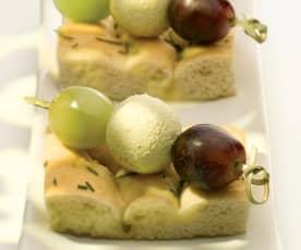 Spiedini di uva e ricotta con focaccia al rosmarino